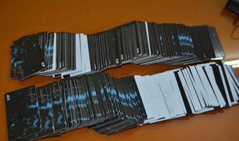 Tang vật 333 thẻ ATM giả. (Ảnh qua congan)