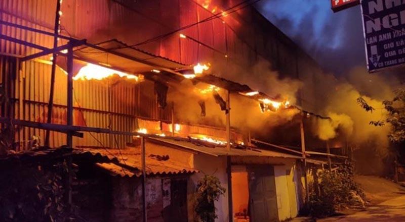 Hình ảnh từ vụ cháy nhà máy Rạng Đông. (Ảnh qua vtc)