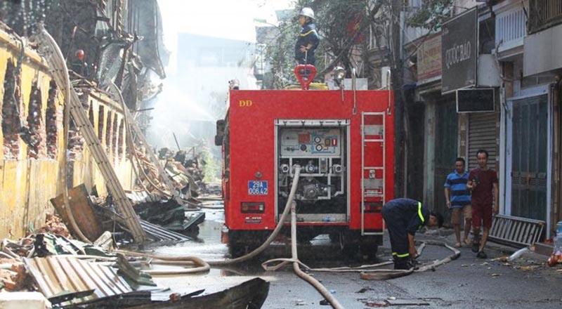 Cảnh sát PCCC cố gắng dập tắt đám cháy công ty Rạng Đông hôm 28/8. (Ảnh qua vtv)