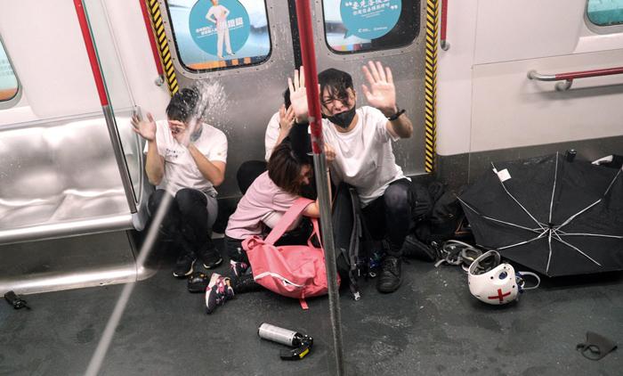 Người biểu tình bị cảnh sát đánh đập và xịt hơi cay tại ga Prince Edward hôm 31/8.