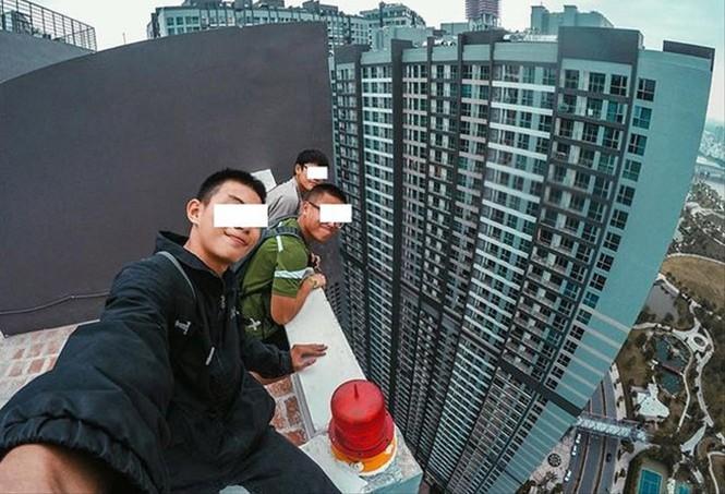 nhóm 3 nam thanh niên leo lên nóc một tòa nhà 38 tầng tại quận Bình Thạnh