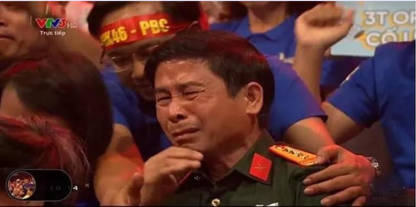 Bố của Trần Thế Trung xúc động rơi nước mắt khi con trai đăng quang. (Ảnh qua nld)