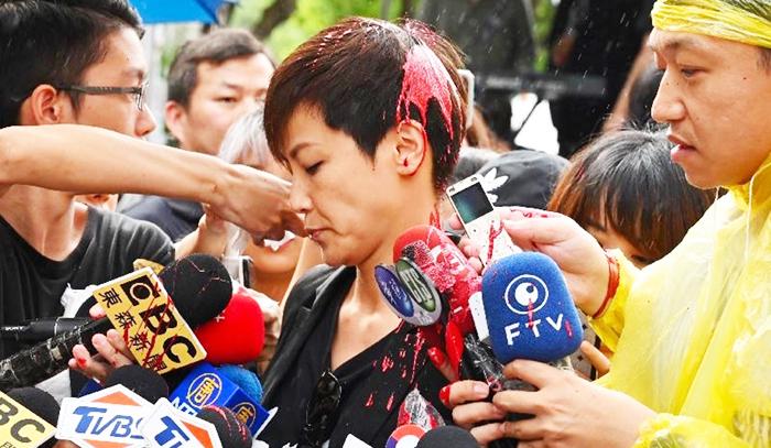 Ca sĩ Hà Vận Thi trong khi đang tiếp nhận và trả lời phỏng vấn từ phòng viên, thì đột nhiên bị một người bịt mặt tạt sơn,