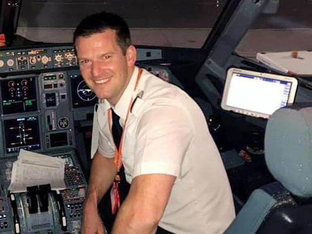 Cơ trưởng không đến, một hành khách xin phép được lái máy bay