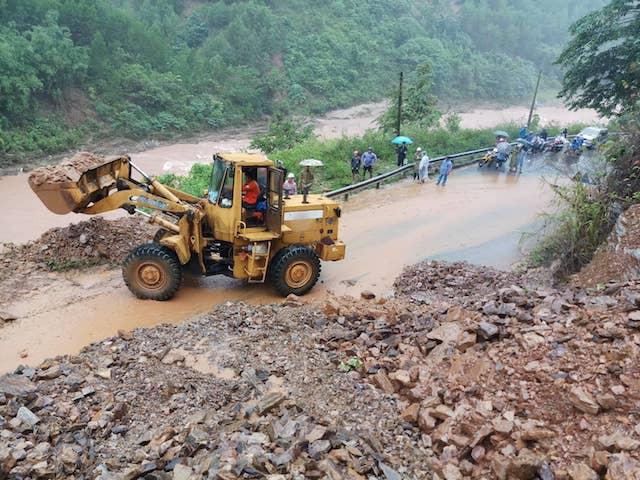 Đường ở huyện Đakrông bị sạt lở, các đơn vị đang khẩn trương khắc phục. (Ảnh qua danviet)