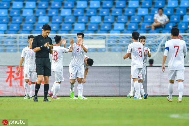 Tiến Linh ăn mừng cùng các cầu thủ U22 Việt Nam.