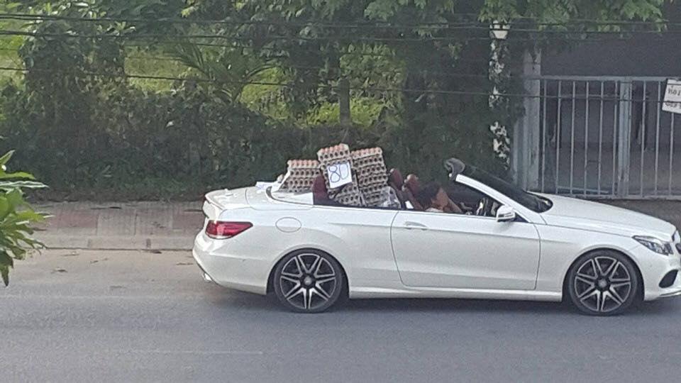Lái xe Mercedes bán trứng dạo