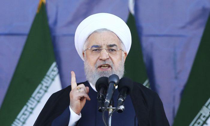 Tổng thống Iran Hassan Rouhani phát biểu tại một cuộc diễu hành quân sự. (Ảnh Ebrahim Noroozi / AP)