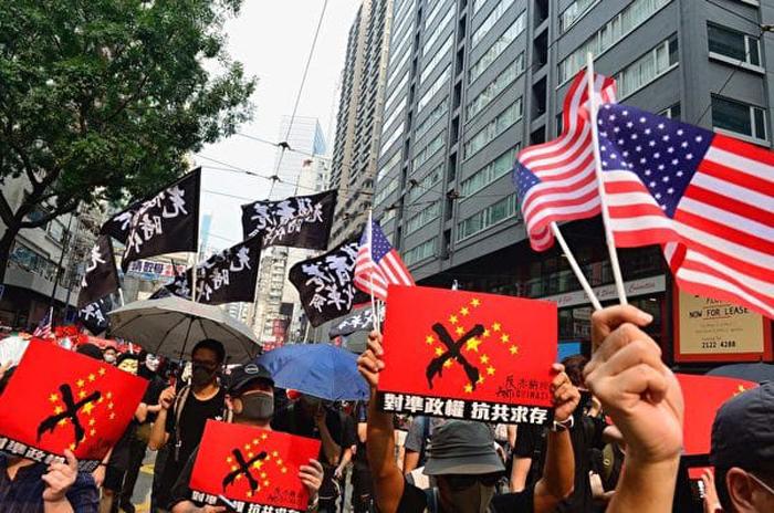 """Người biểu tình cầm biểu ngữ """"No Chinazi""""."""