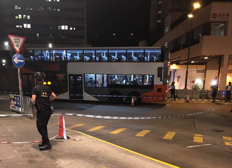Một sĩ quan cảnh sát đã bị đâm tại trạm tàu điện ngầm Kwai Fong vào tối thứ Sáu. (Ảnh: Facebook)