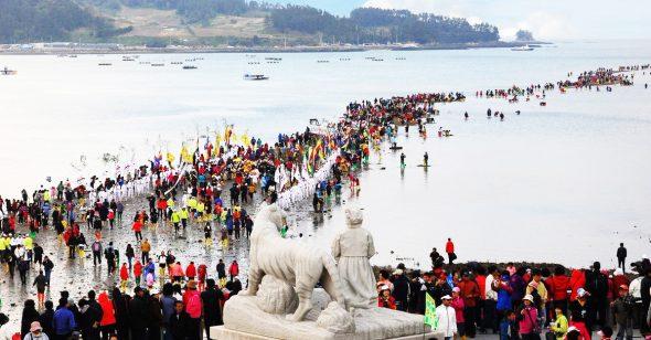 Kỳ bí: Con đường tách đôi biển chỉ xuất hiện 2 lần mỗi năm ở Hàn Quốc