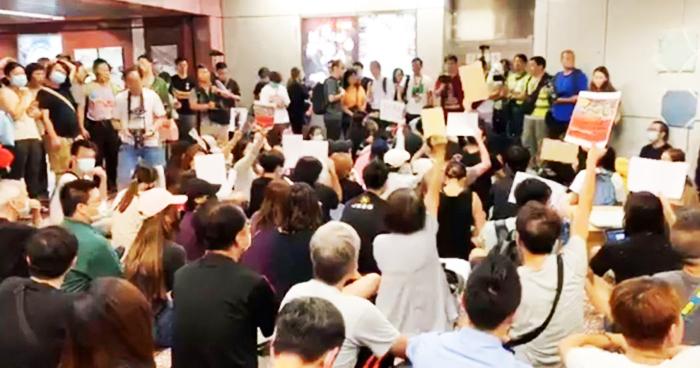 Ngày 6/9, một lượng lớn người Hồng Kông đã ngồi tập hợp tại ga Prince Edward và yêu cầu MTR công khai phát đoạn phim ghi lại sự việc tối 31/8.