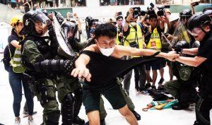 Cảnh sát Hồng Kông luôn đứng tuyến đầu chống lại người biểu tình, tận sức dùng vũ lực, ra đòn nặng nề đối với những thanh niên biểu tình vì hòa bình.