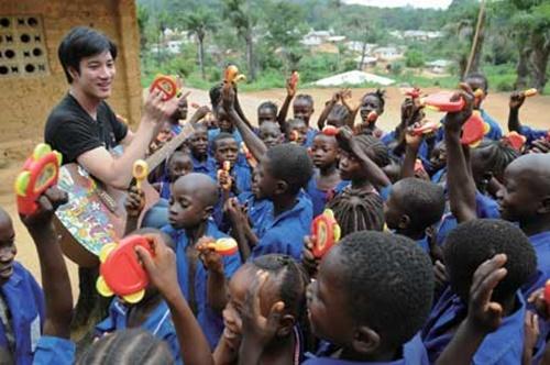 20 đứa trẻ Châu Phi được anh tài trợ chăm sóc