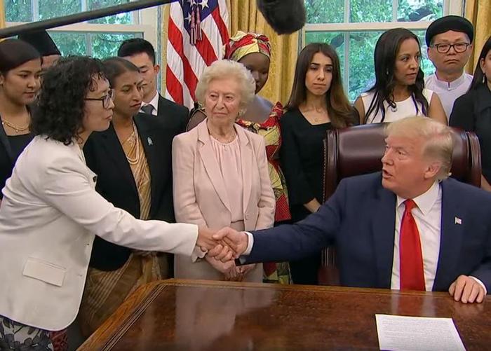 Bà Trương Ngọc Hoa, một trong 27 người sống sót trong các cuộc đàn áp tín ngưỡng tại 17 quốc gia, đã gặp Tổng thống Donald Trump tại Phòng Bầu dục, Nhà Trắng vào ngày 17 tháng 7 năm 2019.