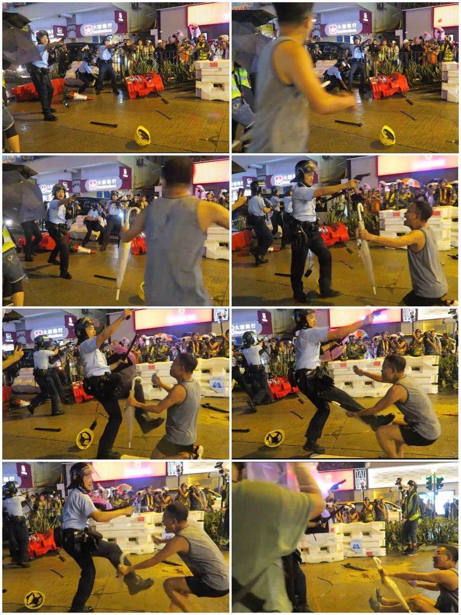 Cận cảnh người đàn ông lớn tuổi quỳ xuống cầu xin viên cảnh sát đừng bắn vào những người biểu tình. (Ảnh: Twitter)