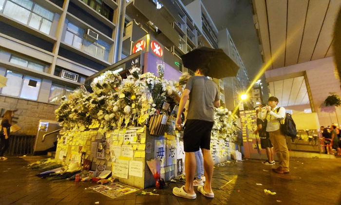 Một lượng lớn cư dân mạng đã tập trung ở ga Prince Edward, phát động hoạt động một nghìn người dâng hoa để truy điệu những người bị giết.