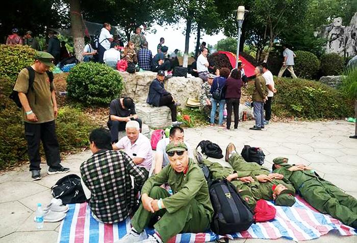 Các cựu chiến binh Trung Quốc biểu tình trước văn phòng chính phủ tại thành phố Trấn Giang, tỉnh Giang Tô ngày 22/06/18