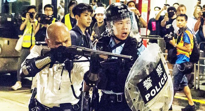 Cảnh sát Hồng Kông trong cuộc phản đối dự luật dẫn độ. (Ảnh: Vision Times)