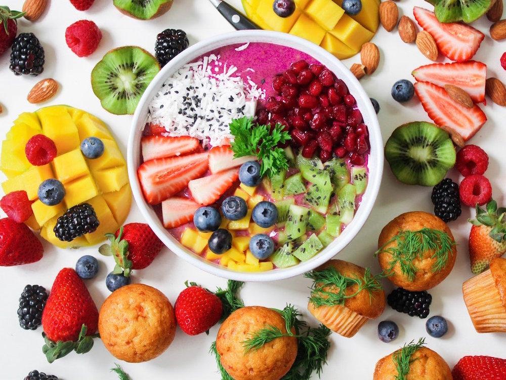 Ăn trái cây.