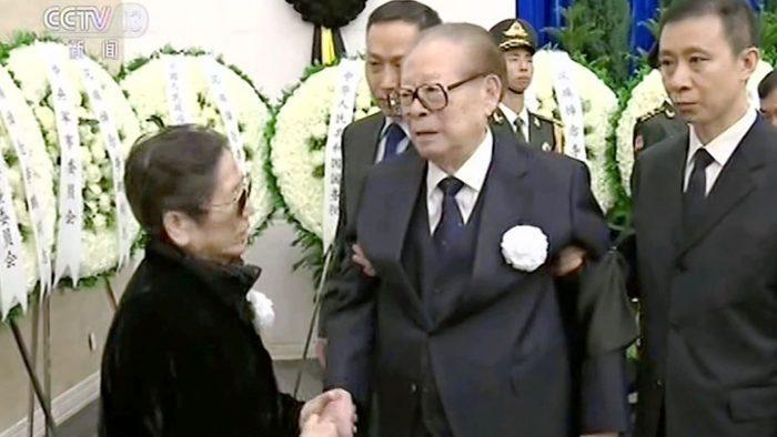 Ông Giang Trạch Dân bắt tay một thân nhân của ông Lý Bằng trong đám tang.
