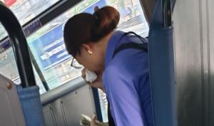 Hành khách đi chui, nữ tiếp viên xe buýt ôm mặt khóc nức nở vì bị đuổi việc