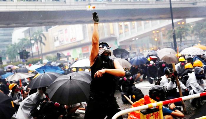 Các cuộc đối đầu ngày càng dữ dội cho phép Trung Quốc lựa chọn hình ảnh từ các cuộc biểu tình và khiến những người biểu tình trở thành những kẻ cực đoan và bạo lực.