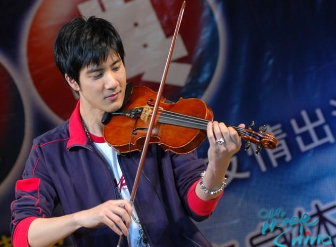 Vương Lực Hoành còn thông thạo nhiều loại nhạc cụ.