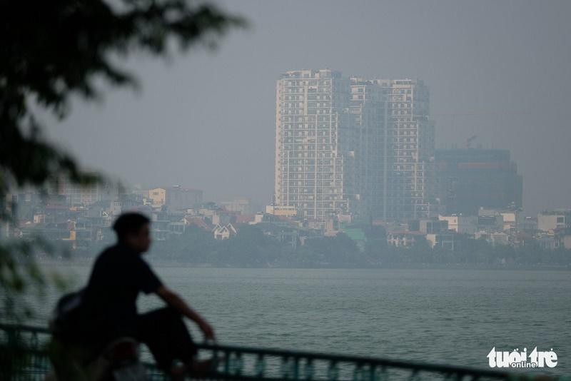 Khu vực Hồ Tây cũng thuộc khu vực cảnh báo ô nhiễm không khí nhất Hà Nội, chỉ số (AQI) luôn đo được trên 200. (Ảnh: NAM TRẦN)