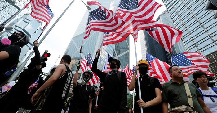Người biểu tình kêu gọi Mỹ giải phóng Hong Kong. (Ảnh: Reuters)
