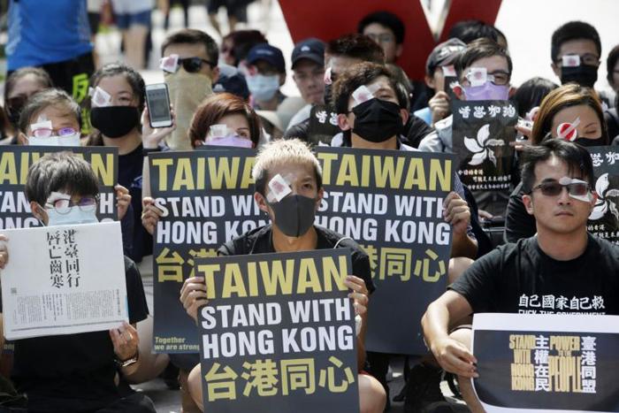 Người Đài Loan xếp hàng giương cao những thông điệp ủng hộ người biểu tình Hồng Kông.