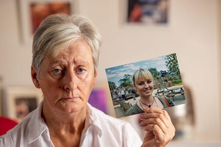Bà Elaine Hines buồn bã cầm trong tay di ảnh của con gái. (Ảnh qua udn.com)