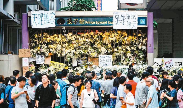 Bắt đầu từ ngày 1/9, liên tục có người Hồng Kông đến nhà ga Prince Edward dâng hoa và đốt vàng mã, làm lễ tế cho những người đã chết.