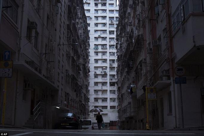 Sự đối lập rõ ràng giữa một tòa nhà, nơi những người giàu sinh sống trong biệt thự hoặc penthouse xa hoa và tòa chung cư cũ, nơi sinh sống của hàng ngàn người nghèo. Ảnh: AP