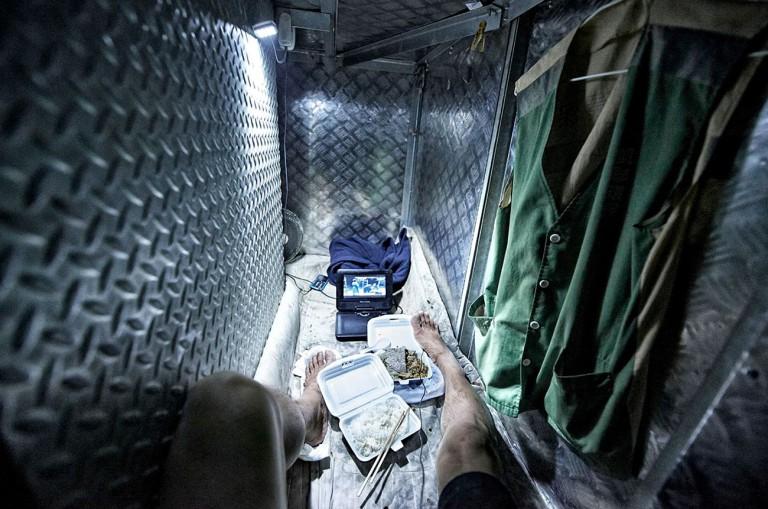 """Một chỗ ngủ kiểu """"quan tài"""" điển hình của người lao động Hong Kong."""