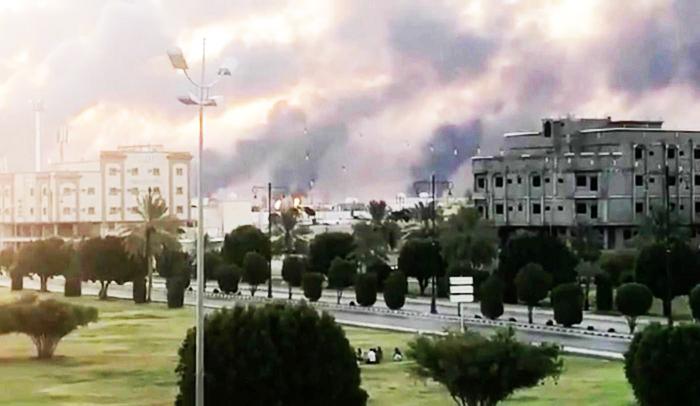 Khói bốc lên từ nhà máy của Aramco ở Abqaiq sau vụ tấn công bằng máy bay không người lái ngày 14/9.