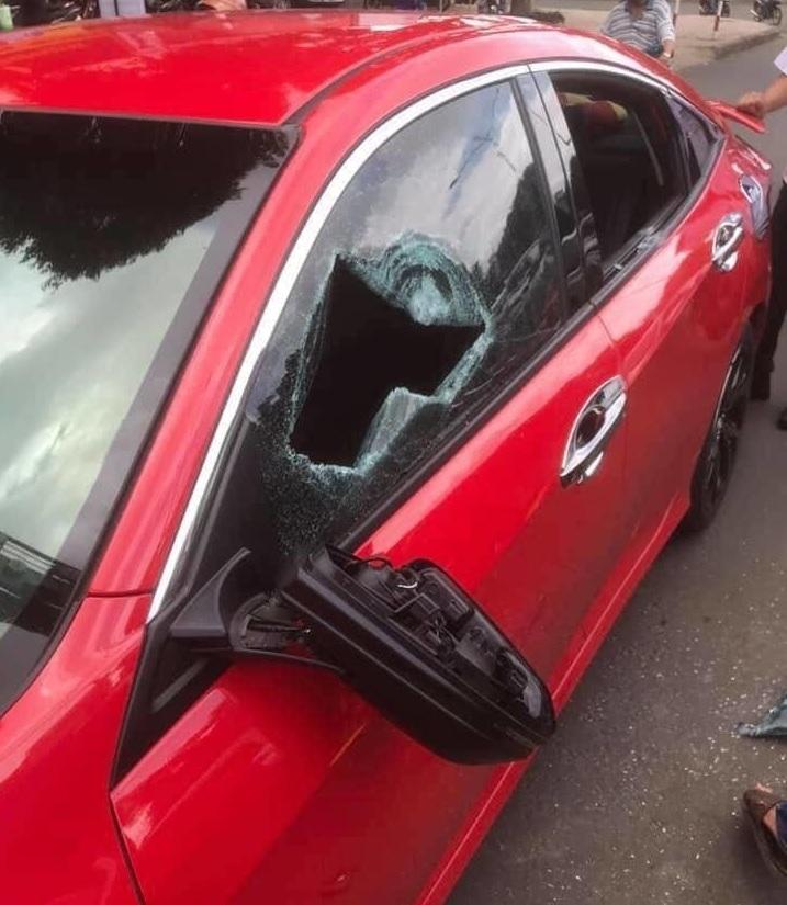 Nhà sư đập vỡ kính xe ô tô