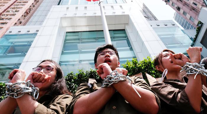 Các sinh viên tự xích họ lại với nhau khi yêu cầu chính quyền hủy bỏ dự luật dẫn độ tại Hồng Kông ngày 8/6.