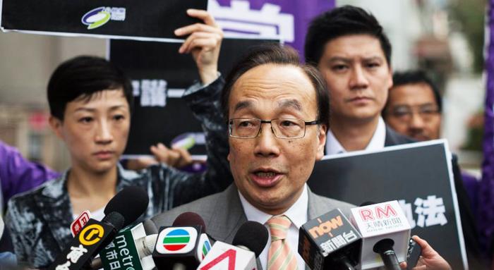 Chủ tịch Đảng Công dân Hồng Kông Lương Gia Kiệt (Alan Leong Kah-kit) nghi ngờ việc bà Lâm Trịnh Nguyệt Nga rút lại dự luật dẫn độ là có 'có ý đồ xấu'. (Ảnh: Los Angeles Times)