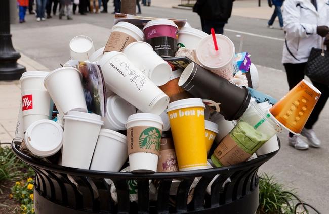 Số ly giấy và nhựa bị vứt đi trong một ngày vô cùng nhiều