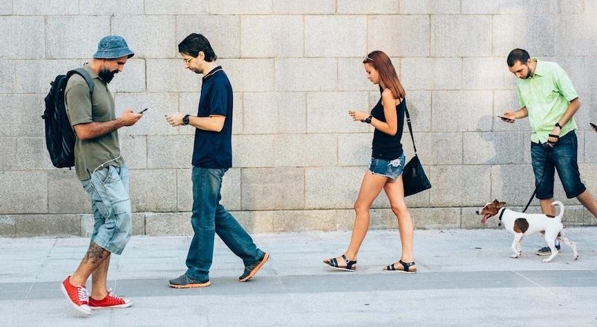 Bạn đã bao giờ vừa băng qua đường vừa lướt điện thoại?