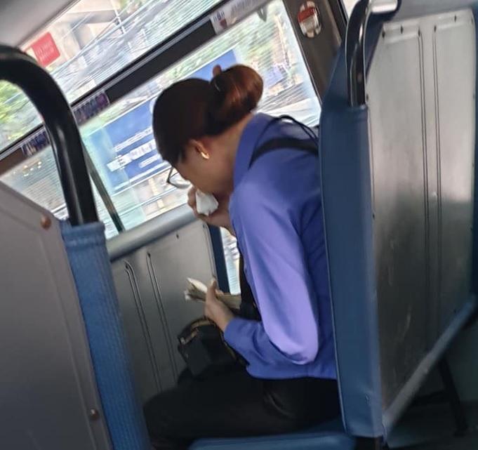 nữ tiếp viên ôm mặt khóc nức nở vì bị đuổi việc
