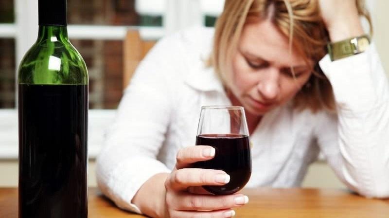 <em>Một nghiên cứu mới đây cho thấy phụ nữ ngày càng uống nhiều rượu hơn. (Ảnh qua Twitter)</em>