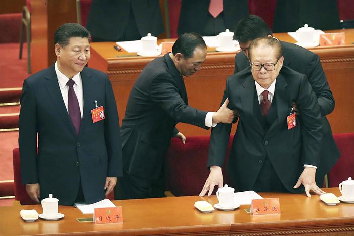 Cảnh ông Giang Trạch Dân được đỡ vào hội trường Đại hội 19.