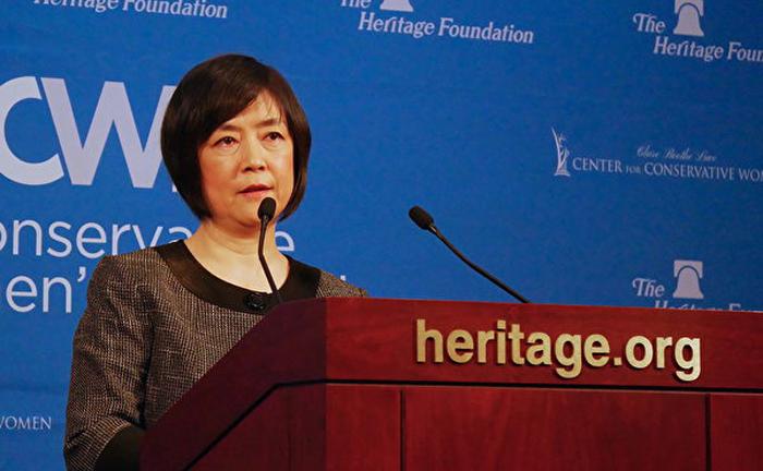 Cô Jennifer Zeng, một học viên Pháp Luân Công được mời đến thuyết trình tại Viện Di sản.