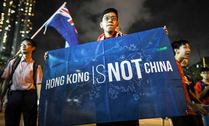 """Người biểu tình Hồng Kông giương cao tấm bảng khẳng định """"Hồng Kông không phải Trung Quốc""""."""