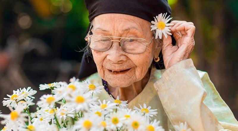 Bà ngoại có ảnh hưởng sâu sắc đến tuổi thơ của người cháu. (Ảnh qua afamily)