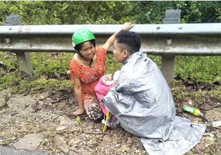Vợ chồng anh Siêng sau khi đón con trai chào đời bên vệ đường.