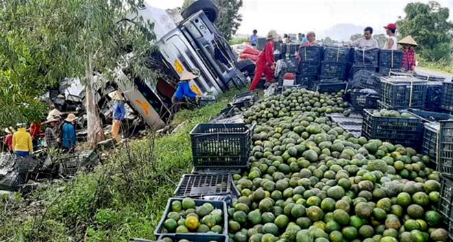 Hàng chục người dân tập trung thu gom, nhặt trái cây giúp tài xế.