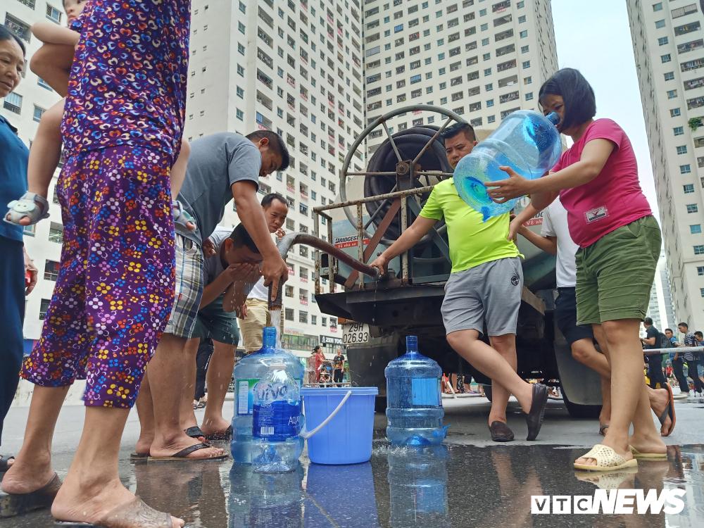 Người dân đứng đợi để lấy nước sạch đem về sử dụng. (Ảnh qua vtc)